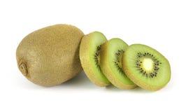 Fruta de kiwi entera y sus segmentos cortados Foto de archivo libre de regalías