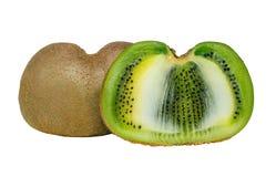 Fruta de kiwi entera y sus segmentos cortados aislados en el recorte blanco del fondo imagen de archivo