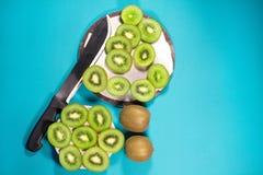 Fruta de kiwi fresca en fondo Imágenes de archivo libres de regalías
