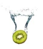 Fruta de kiwi fresca que salpica en el agua Foto de archivo libre de regalías