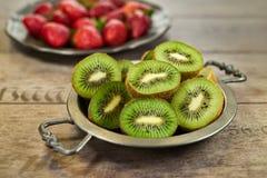Fruta de kiwi madura en una placa de metal Imagen de archivo libre de regalías