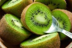 Fruta de kiwi madura jugosa en cuenco de madera con la cuchara Fotografía de archivo libre de regalías