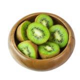 Fruta de kiwi madura jugosa en el cuenco de madera aislado en el backgroun blanco Fotos de archivo