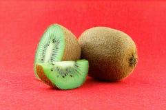 Fruta de kiwi madura y jugosa y sus piezas Foto de archivo