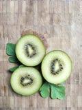 Fruta de kiwi verde en tablero cosechado Fotos de archivo