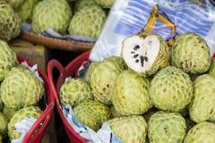 Fruta de la anona para vender el mercado Tailandia Imagenes de archivo