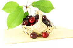 Fruta de la cereza con las hojas y los waterdrops en fondo blanco puro Imagen de archivo