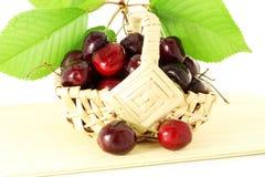 Fruta de la cereza con las hojas y los waterdrops en fondo blanco puro Imagenes de archivo