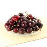 Fruta de la cereza con los waterdrops en fondo blanco puro Foto de archivo libre de regalías