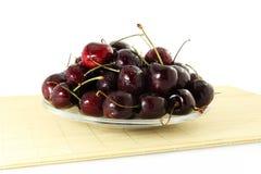 Fruta de la cereza con los waterdrops en fondo blanco puro Imagenes de archivo