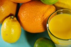 Fruta de la fruta cítrica, naranja, cal, limón, pomelo, pomelo con o Foto de archivo libre de regalías