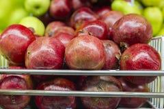 fruta de la granada en el estante del mercado estupendo, exhibido en venta foto de archivo