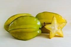 Fruta de la manzana de estrella con el medio corte transversal aislado en verraco de madera Fotos de archivo libres de regalías