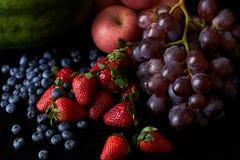 Fruta de la mezcla aislada con el fondo negro imagen de archivo