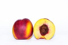Fruta de la nectarina aislada en el recorte blanco del fondo foto de archivo