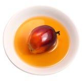 Fruta de la palma de aceite y aceite de cocina Fotos de archivo libres de regalías