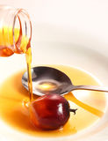 Fruta de la palma de aceite y aceite de cocina fotografía de archivo