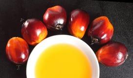 Fruta de la palma de aceite y aceite de cocina foto de archivo