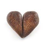 Fruta de la palma de Salak dispuesta en forma del corazón Fotografía de archivo