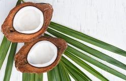 Fruta de la papaya en fondo de madera Rebanadas de papaya dulce en fondo de madera, papayas partidas en dos con las hojas, Imagen de archivo libre de regalías