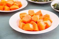 Fruta de la papaya en plato imágenes de archivo libres de regalías