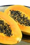 Fruta de la papaya rebanada en mitad Imagenes de archivo