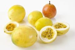 Fruta de la pasión amarilla de la rebanada Imagen de archivo libre de regalías
