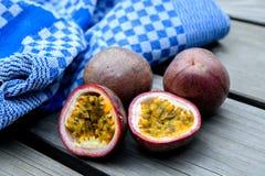 Fruta de la pasión con la toalla en la tierra de madera fotografía de archivo