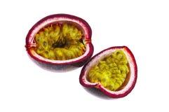 Fruta de la pasión cortada aislada en el fondo blanco Fotografía de archivo