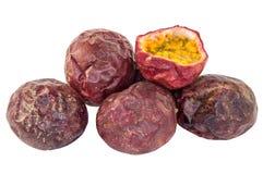 Fruta de la pasión de la fruta con pulpa Fotografía de archivo libre de regalías
