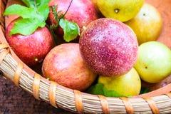 Fruta de la pasión en cesta fotos de archivo libres de regalías