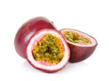 Fruta de la pasión en el fondo blanco imagen de archivo
