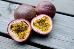 Fruta de la pasión en la tierra de madera fotos de archivo