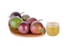 Fruta de la pasión entera en cesta y en el fondo blanco fotos de archivo