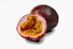 Fruta de la pasión fresca entera y mitad aislada en el fondo blanco Fotografía de archivo