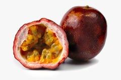 Fruta de la pasión fresca entera y mitad aislada en el fondo blanco Foto de archivo libre de regalías