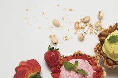 Fruta de la pasión y y helado de fresa en cáscara del cono del fondo blanco de la cesta y de la fruta fresca foto de archivo
