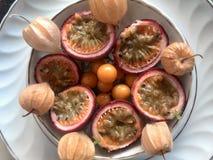 fruta de la pasión y physalis fotos de archivo