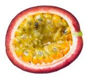 Fruta de la pasión. Mitad aislada en blanco Fotografía de archivo