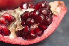 Fruta de la rebanada de la granada Ciérrese encima de las semillas de Granate en rebanada Billete de banco reajustado nuevo lanza Foto de archivo libre de regalías