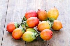 Fruta de la semilla de la palma real en la placa de madera Foto de archivo libre de regalías