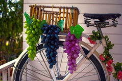 Fruta de la uva en cesta Imagen de archivo