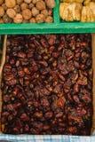Fruta de las fechas secadas en el mercado callejero abierto Imagen de archivo