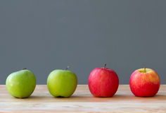 Fruta de las manzanas de Foue en la tabla Foto de archivo