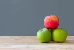 Fruta de las manzanas de la pila en la tabla Imagen de archivo libre de regalías