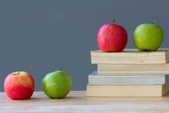 Fruta de las manzanas en el libro de texto viejo Imágenes de archivo libres de regalías