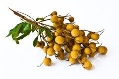 Fruta de Longan en el fondo blanco Imagen de archivo libre de regalías