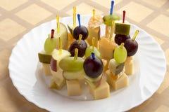 Fruta de los Canapes en la placa Fotos de archivo