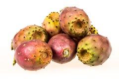 Fruta de los higos chumbos en un fondo blanco Fotografía de archivo libre de regalías