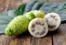 Fruta de Noni foto de archivo